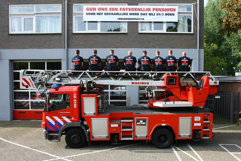 05-08-2016 Ludiek protest brandweer voor beter pensioen in het Reinaldahuis
