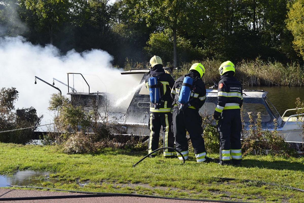 19-10-2016 Vlammen slaan uit pleziervaart aan de Vijfhuizerdijk in Vijfhuizen